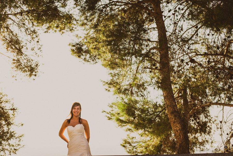Susana entre los arboles en una fotografía de post boda de Jose Miranda Jaén Martos