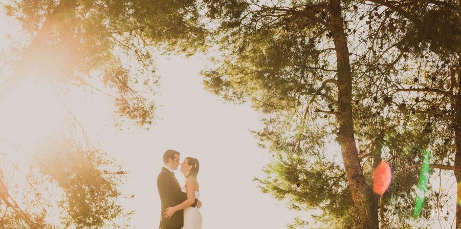 Susana y Marco entre arboles con el sol entrando en una fotografía de post boda de Jose Miranda Jaén Martos