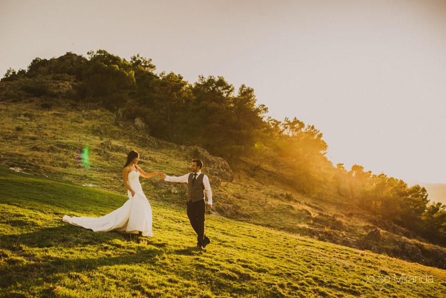 Susana y Marco paseando de la mano a la puesta de sol en una fotografía de post boda de Jose Miranda Jaén Martos