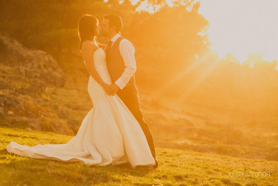 Susana y Marco besándose con el sol poniendose en una fotografía de post boda de Jose Miranda Jaén Martos