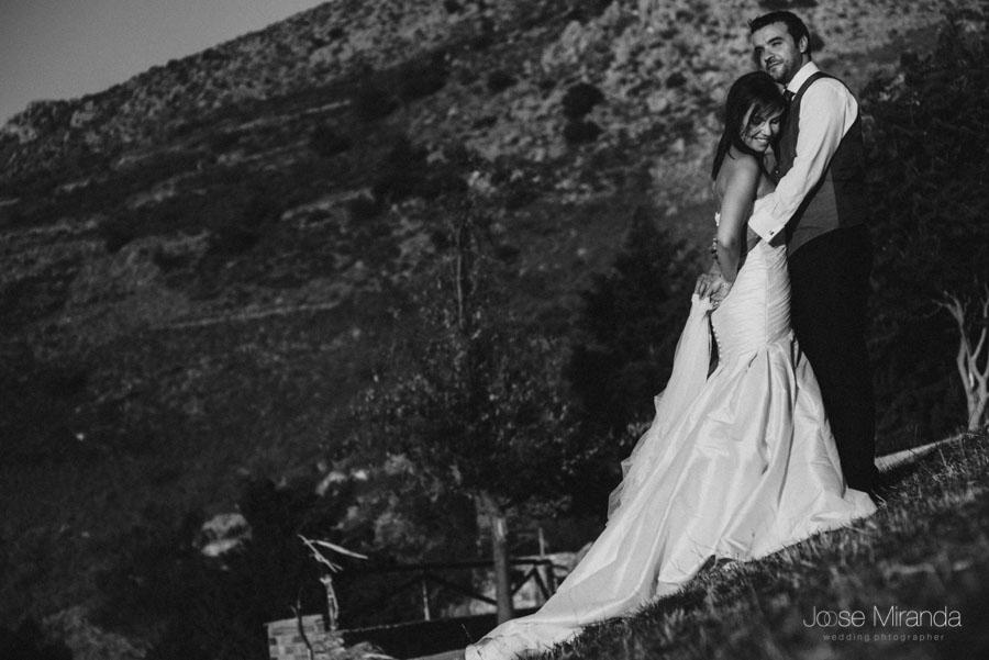 Susana y Marco abrazandose en una fotografía de post boda de Jose Miranda Jaén Martos