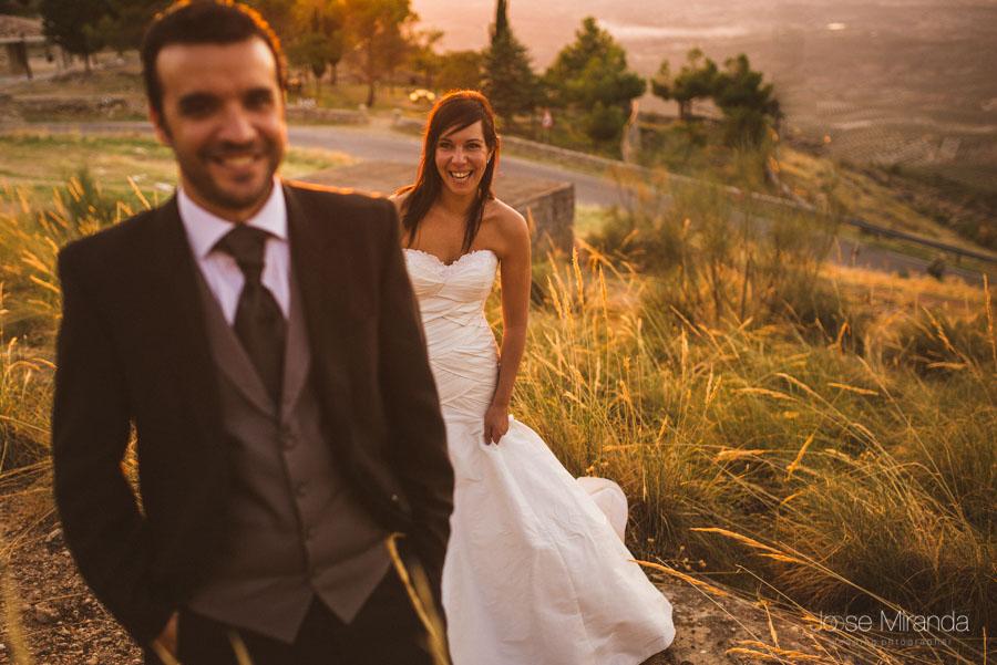 Susana riéndose con Marco delante en una fotografía de post boda de Jose Miranda Jaén Martos