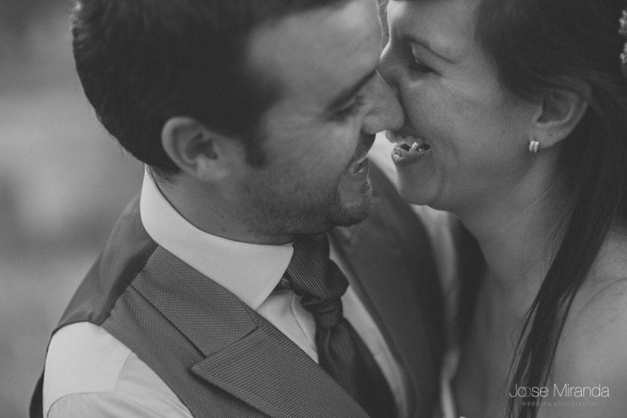 Susana y Marco riendose en una fotografía de post boda de Jose Miranda Jaén Martos