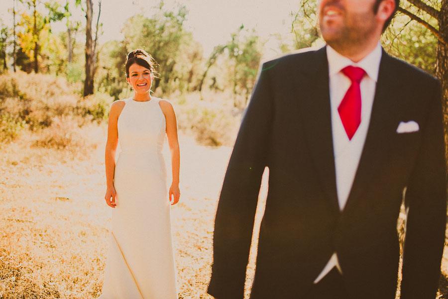 Novio desenfocado en primer plano y novia enfocada detrás