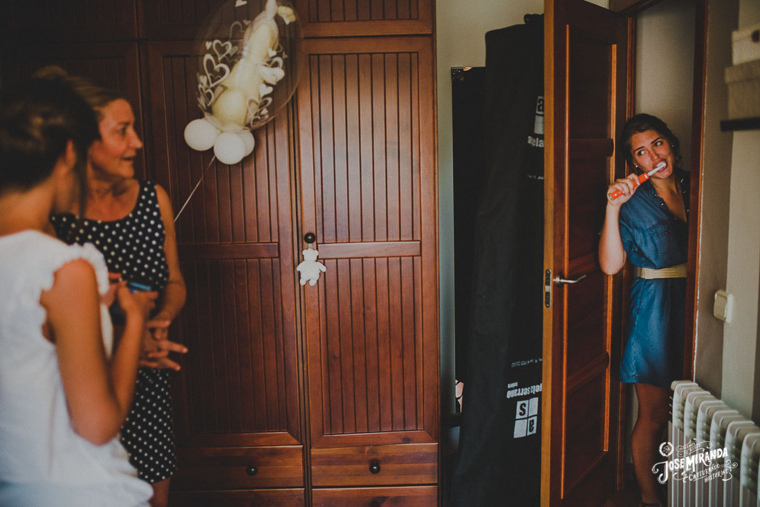 Fotografía de boda Jose Miranda en Linares María arreglandose