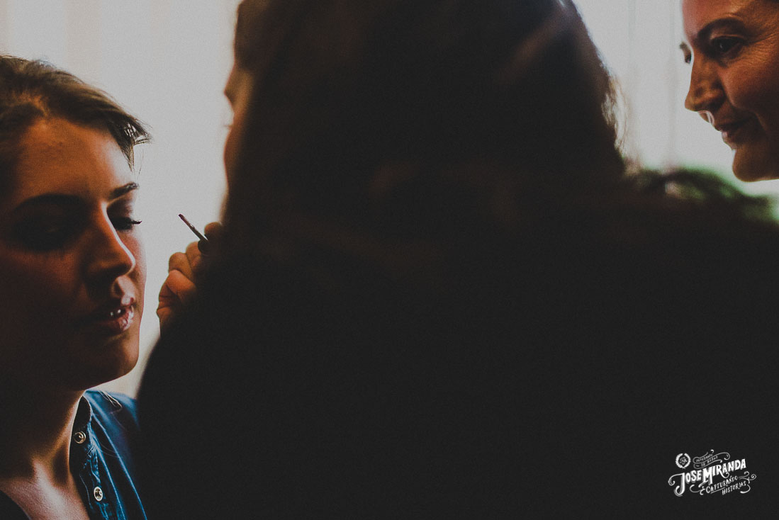 Fotografía de boda Jose Miranda en Linares maquillando a la novia con su madre