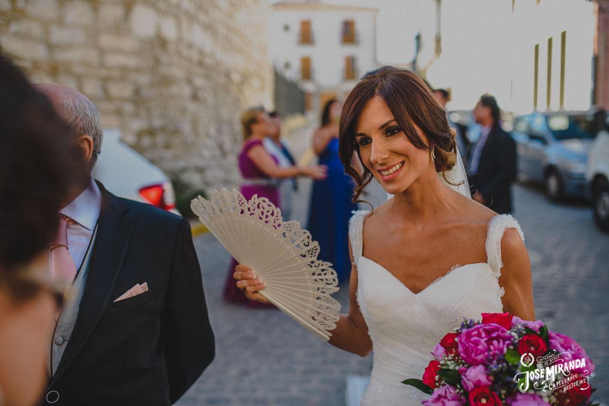 novia con abanico y ramo de peonias